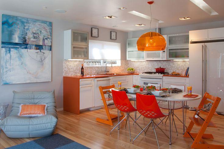 دکوراسیون آشپزخانه با رنگقرمز و نارنجی در یک آپارتمان روشن و شاد